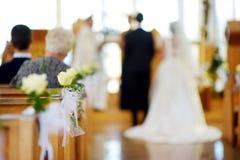 Decoración hermosa de la boda de la flor en una iglesia durante ceremonia de boda Fotos de archivo