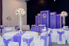Decoración hermosa de la boda del arreglo de la boda en color rosado Flores, decoración y vela hermosas en el banquete de boda Cr Imagen de archivo