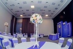 Decoración hermosa de la boda del arreglo de la boda en color rosado Flores, decoración y vela hermosas en el banquete de boda Cr Foto de archivo libre de regalías