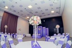 Decoración hermosa de la boda del arreglo de la boda en color rosado Flores, decoración y vela hermosas en el banquete de boda Cr Fotografía de archivo