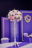 Decoración hermosa de la boda del arreglo de la boda en color rosado Flores, decoración y vela hermosas en el banquete de boda Cr Imágenes de archivo libres de regalías