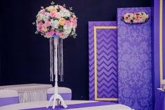 Decoración hermosa de la boda del arreglo de la boda en color rosado Flores, decoración y vela hermosas en el banquete de boda Cr Fotos de archivo