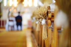 Decoración hermosa de la boda del centeno en una iglesia Fotos de archivo