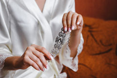 Decoración hermosa de la boda, en las manos de la novia fotografía de archivo