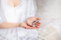 Decoración hermosa de la boda, en las manos de la novia imágenes de archivo libres de regalías