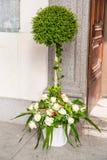 Decoración hermosa de la boda de la flor en una iglesia Imagen de archivo libre de regalías