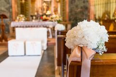 Decoración hermosa de la boda de la flor en una iglesia Imágenes de archivo libres de regalías