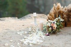 Decoración hermosa de la boda Pétalos de Rose dispersados en la tierra Imagen de archivo