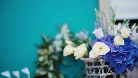 Decoración hermosa de la ceremonia de boda al aire libre Flores blancas y azules en la tabla Primer almacen de metraje de vídeo