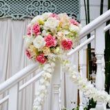 Decoración hermosa de la flor de la boda en las escaleras Fotos de archivo