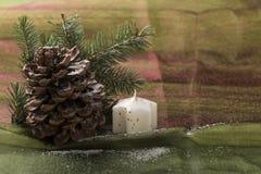 Decoración hermosa de la Navidad, con la vela y el árbol de pino Imagen de archivo libre de regalías