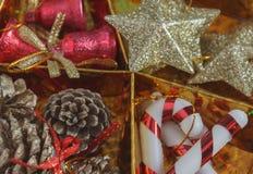 decoración hermosa de la Navidad del foco selectivo en backgroun del oro Imagenes de archivo