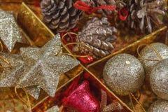 decoración hermosa de la Navidad del foco selectivo en backgroun del oro Fotos de archivo libres de regalías