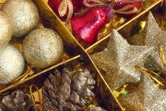 decoración hermosa de la Navidad del foco selectivo en backgroun del oro Imagen de archivo libre de regalías