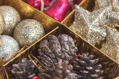 decoración hermosa de la Navidad del foco selectivo en backgroun del oro Foto de archivo libre de regalías