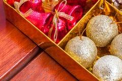 decoración hermosa de la Navidad del foco selectivo en backgroun del oro Fotografía de archivo