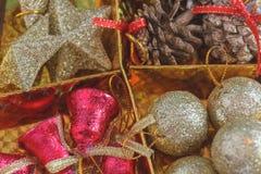 Decoración hermosa de la Navidad en fondo del oro Fotos de archivo libres de regalías
