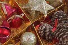 Decoración hermosa de la Navidad en fondo del oro Fotografía de archivo libre de regalías