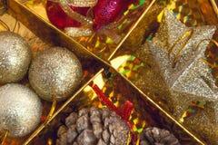 Decoración hermosa de la Navidad en fondo del oro Imágenes de archivo libres de regalías