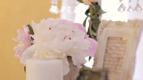 Decoración hermosa de la tabla de la boda, centro de flores almacen de metraje de vídeo