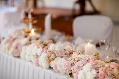 Decoración hermosa de la tabla de la recepción nupcial Foto de archivo libre de regalías