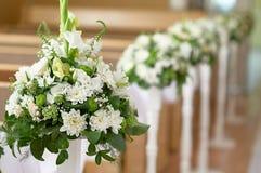 Decoración hermosa de las flores blancas en la iglesia para una ceremonia de boda Fotografía de archivo