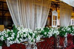 Decoración hermosa de las flores blancas en un café Imagenes de archivo