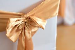 Decoración hermosa de las sillas con la cinta en el pasillo del evento de la boda, SE Imagen de archivo