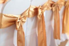 Decoración hermosa de las sillas con la cinta en el pasillo del evento de la boda, SE Imágenes de archivo libres de regalías