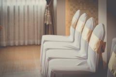 Decoración hermosa de las sillas con la cinta en pasillo del evento de la boda Imagenes de archivo