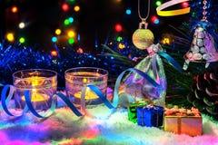 Decoración hermosa del Año Nuevo con las velas y la guirnalda Fotografía de archivo