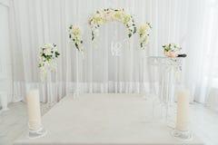 Decoración hermosa para la ceremonia de boda interior Imagen de archivo