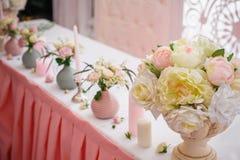 Decoración hermosa para una celebración de la boda en restaurante Foto de archivo libre de regalías