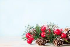 Decoración hermosa tradicional de la guirnalda de la Navidad por el Año Nuevo para el día de fiesta fotografía de archivo libre de regalías