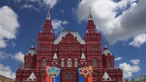Decoración histórica contra el cielo, Plaza Roja, Moscú, Rusia de Victory Day del museo almacen de metraje de vídeo