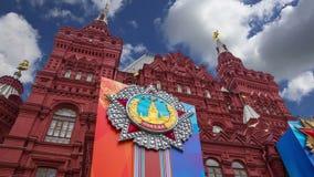 Decoración histórica contra el cielo, Plaza Roja, Moscú, Rusia de Victory Day del museo almacen de video