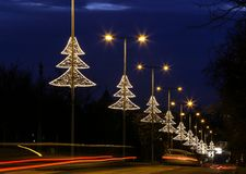 Decoración iluminada de la luz del árbol de navidad en Budapest Imágenes de archivo libres de regalías
