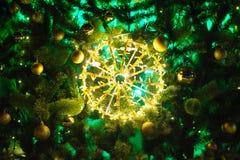 Decoración iluminada del árbol de navidad con los globos Imagenes de archivo