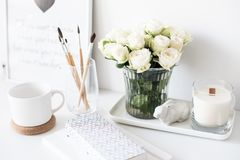 Decoración interior blanca con la nuevos vela y ramo hechos a mano de franco foto de archivo libre de regalías