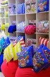 Decoración interior brillante de las almohadas decorativas para la venta en una tienda Imagenes de archivo