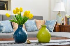Decoración interior casera, ramo del tulipán en florero imagen de archivo