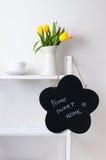 Decoración interior casera: un ramo de tulipanes, de una taza y de un chal Imagenes de archivo