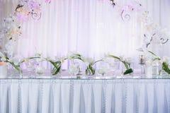 Decoración interior de la tabla del restaurante hermoso para casarse Flor Calas y tulipanes blancos en floreros Velas Foto de archivo libre de regalías