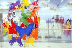 Decoración interior de mariposas multicoloras plásticas imágenes de archivo libres de regalías