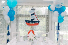Decoración interior en el tema marino para el partido del mar del cumpleaños foto de archivo