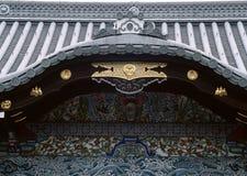 Decoración japonesa tradicional vieja de madera y del oro del fondo de la entrada fotografía de archivo libre de regalías