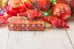 Decoración, juguetes y ornamentos de la Navidad Estrellas rojas, chucherías, cintas Fondo de los días de fiesta Foto de archivo libre de regalías