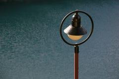 Decoración Lampost por el agua imágenes de archivo libres de regalías