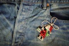 Decoración linda de la Navidad en viejo pocke de la mezclilla del dril de algodón del vintage del grunge imágenes de archivo libres de regalías