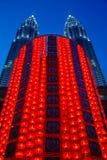Decoración lunar del Año Nuevo en las torres de Front Of The Petronas Twin Imagen de archivo